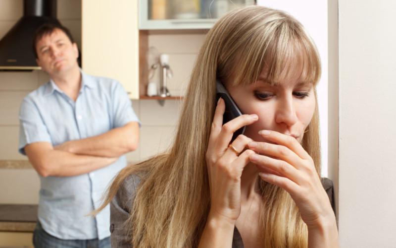 Moglie infedele, marito violento: addebito reciproco della separazione