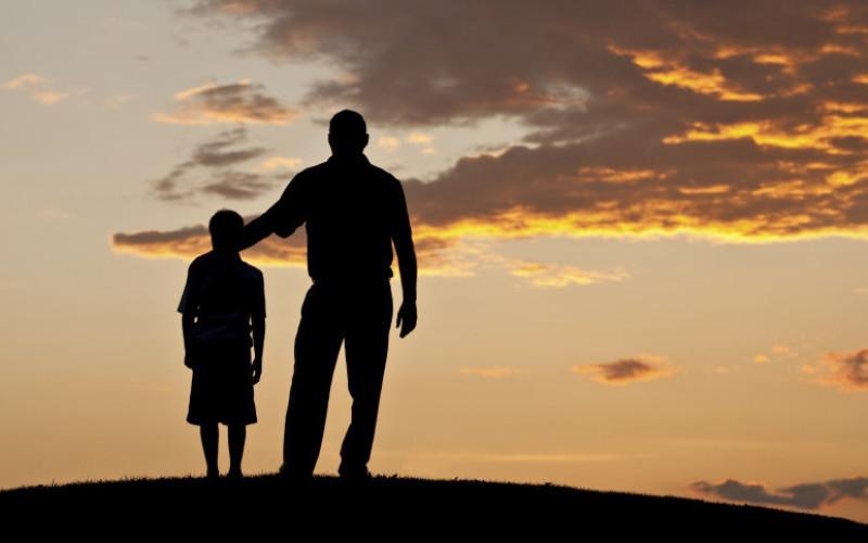 Riconoscimento del figlio naturale sospeso se è in corso il disconoscimento del padre legittimo
