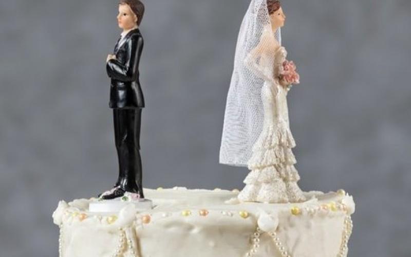 La ex perde il cognome del marito con il divorzio