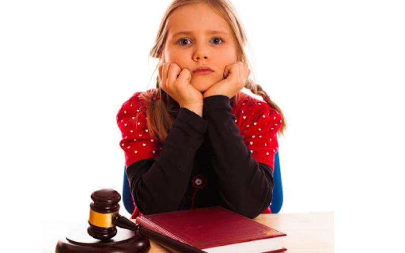 Sospeso l'avvocato che riceve il minore senza il consenso dei genitori